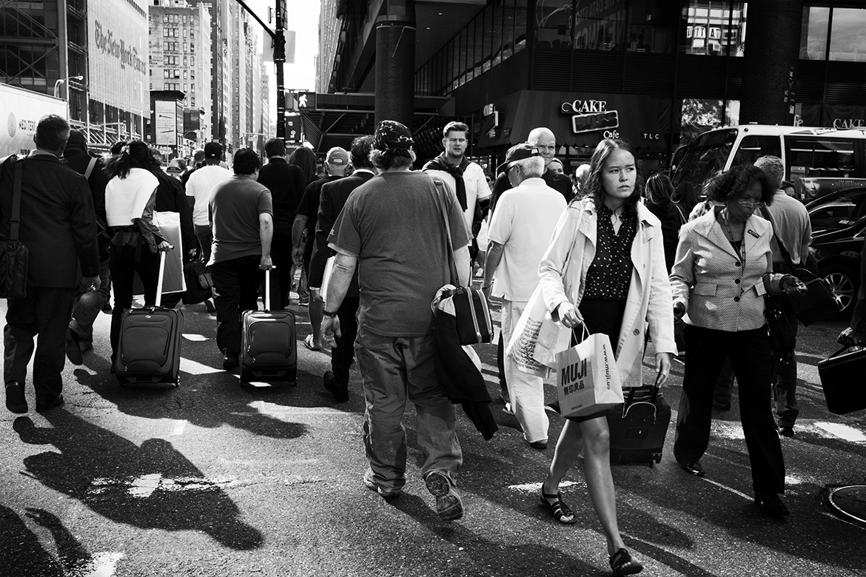 Street photographer friso kooijman fotograaf Amsterdam Nederland Netherlands zwart wit black white straatfotograaf New York Zaandam woman coat trench rush hour vintage double shades