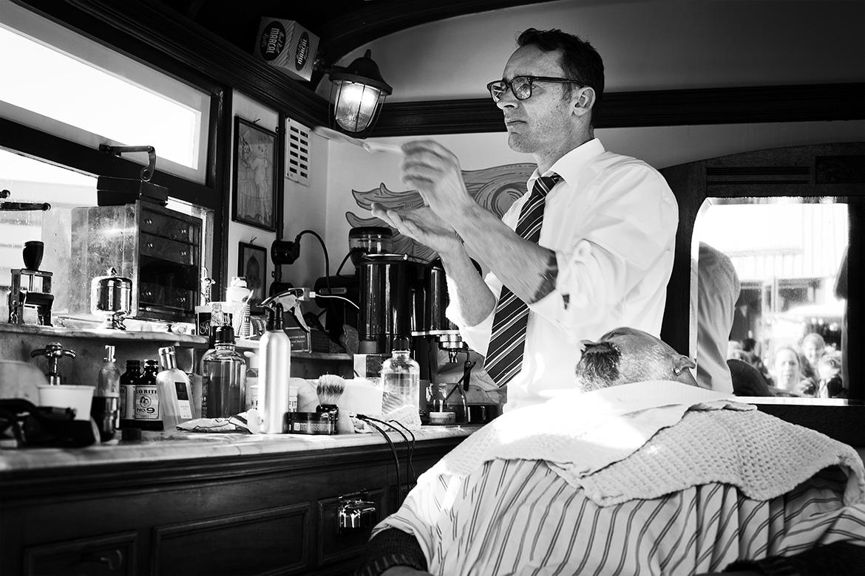 Street photographer friso kooijman fotograaf Amsterdam Nederland Netherlands zwart wit black white straatfotograaf urban barber kapper barbier zaandam zaandijk koog aan de zaan