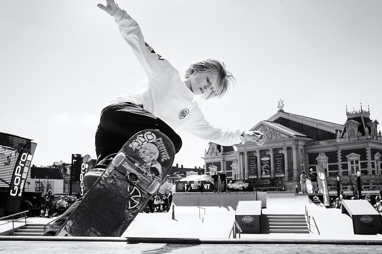 Street photographer friso kooijman fotograaf Amsterdam Nederland Netherlands zwart wit black white straatfotograaf skateboard boarder board urban sports blond puberty boy youngster