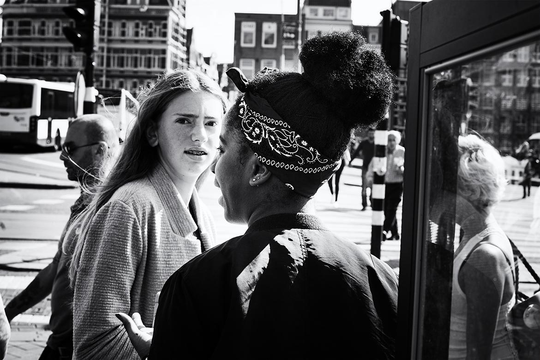 Street photographer friso kooijman fotograaf Amsterdam Nederland Netherlands zwart wit black white girl youngsters puberty girls