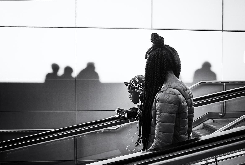 Street photographer friso kooijman fotograaf Amsterdam Nederland Netherlands zwart wit black white Zaandam straatfotograaf youngsters girl puberty telephone shadows black hair