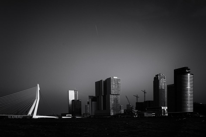 Erasmusbrug en de Rotterdam onder een strakke hemel.