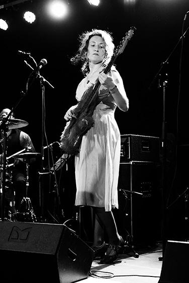 Hannah Dexter blues bass friso kooijman photographer fotograaf amsterdam groningen sexy guitar