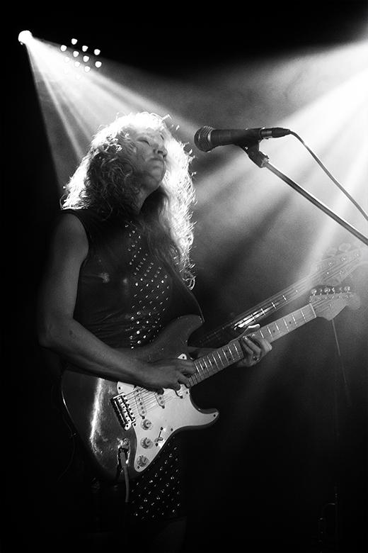 blues artist friso kooijman photographer fotograaf jazz concert netherlands zwart wit black white guitar harmonica fun